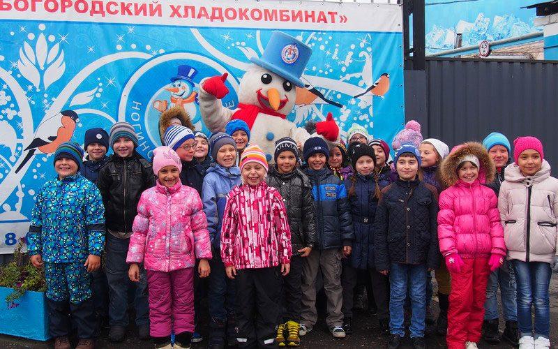 Дети на фабрике мороженого