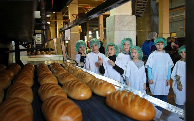 Дети на производстве батонов